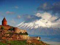 armeniya-iz-solntsa-kamnya-i-pechali